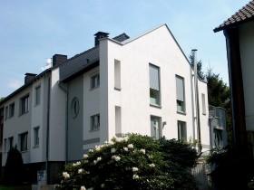 Blick auf Mehrfamilienhaus-Anbau von der Strasse aus