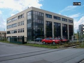 Blick von der Hauptstrasse auf 4-geschossiges Bürogebäude