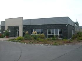Blick auf Bürogebäude einer Spedition von der Strasse aus