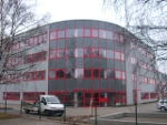 halbrundes, pinkes Bürogebäude