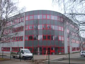 Mehgrstöckiges Bürogebäde mit gerundeter Fassade