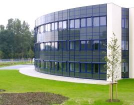 Bürogebäude mit gerundeter Fassade