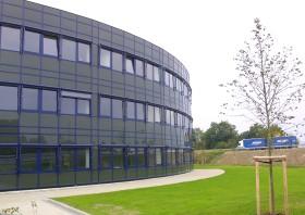 Bürogebäude mit Segmentfassade im Gewerbepark